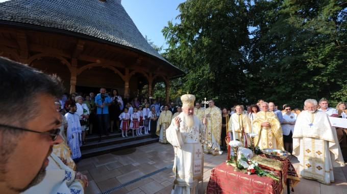 Zur Weihe der neuen Holzkirche von Pfarrer Simion Felecan (rechts) kam hoher Besuch an die Fasaneriestraße. (Foto: Stephan Rumpf)